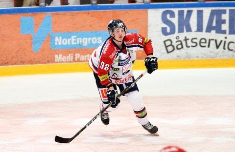Her er Jonas Bjerke (18) på is i sin første kamp i Fjordkraft-ligaen. Debuten kom i Stjernehallen,