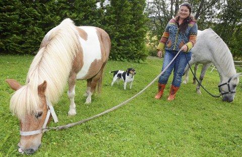 Dyrevenn: Runhild Tokerud (53) fra Grymyr fikk medhold i tingretten, men tapte i lagmannsretten. Her er hun sammen med ponniene Jammis (til venstre) og Daffy, samt hunden Lucky.