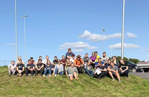 DELTAKERNE: Hele gjengen samlet i fantastisk vær. Foto: Synnøve Espen Bratvold