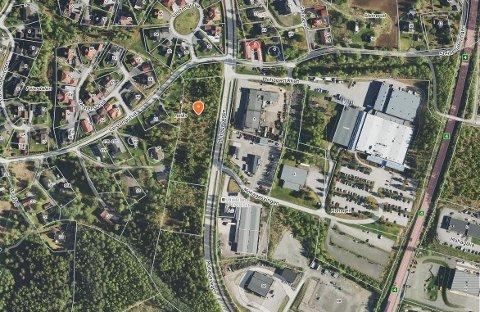 MARKERT: Markøren viser hvor de to tomtene ligger, langs Mohagavegen, sør for Veistengutua