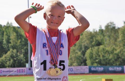 GULLGUTT: Jonas Jensberg Hagelid tok med seg mye gull hjem fra sitt første Special Olympics-stevne.