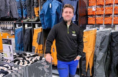 VAREHUSSJEF: Fredrik Byman er på plass i butikklokalene som snart åpner dørene. Han gleder seg til åpning på torsdag hos XXL på Hvervenmoen.