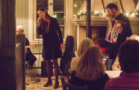 Fem låter: Under lørdagens lanseringsfest sang Dina Billington fem låter som endte med full jubel fra alle de oppmøtte.