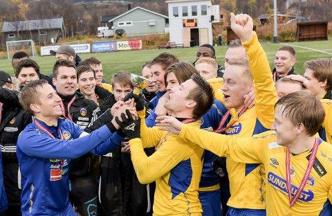 LOKALE HELTER: Foran med pokalen i hånda: kaptein Hallvar Karikoski (i blått) og toppscorer Dan Michael Randa (i gult).