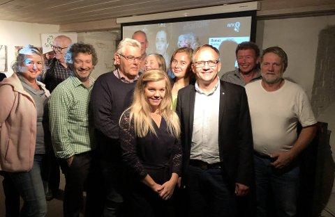 AVKLART: Senterpartiets Håkon Lofthus Tolsby blir ordfører, mens partifelle Marte Espelund-Sande blir varaordfører. Her fra valgvaken på Skolleborg gård.