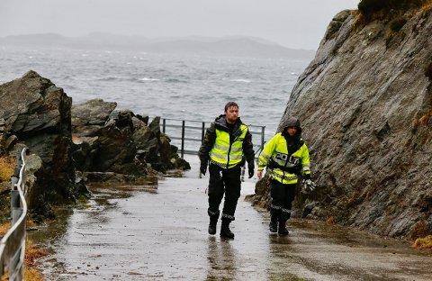 Politiet var raskt på stedet, men måtte vente på assistanse fra 330-skvadronen for å få den bevissløse mannen opp av sjøen. Foto: Alf-Robert Sommerbakk