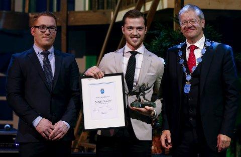 Idrettsprisen 2017 ble delt ut av ordfører Arne-Christian Mohn (t.h.) til fotballspiller Kristoffer Haraldseid. Seksjonsleder idrett Kjetil Lande (t.v.) Foto: Jan Kåre Ness
