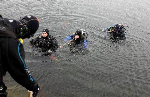 Mangel på sol spiller liten rolle iført fullt dykkerutstyr. Fra venstre: Erik Byrkjeland, Ane Byrkjeland (13) og Malin Rasmussen (23).