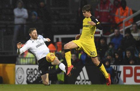 TAS HARDT: Med sine tekniske ferdigheter har Martin Samuelsen allerede rukket å bli yndling både hos hjemmepublikum og ikke minst hos manager Nigel Clough. Her fra møtet med Fulham i forrige serierunde.