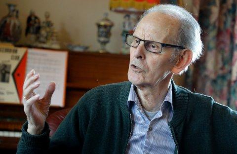ENGASJERT FORFATTER: - Jeg har blitt inspirert av saker jeg har lest i Haugesuns Avis og skrevet dikt om det, sier snart 91 år gamle Birger Vikse som nettopp har gitt ut sin andre sin andre diktsamling.