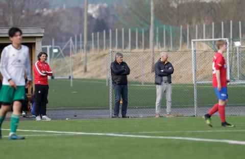PÅ PLASS: Pappa og farfar følger med når Mathias spiller kamper.