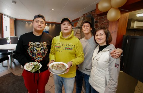 FAMILIESUKSESS: For å sikre at kvaliteten blir som han ønsker, har daglig leder Thanh Dao (i gult) fått med seg brødrene Loc Dao, Thinh Dao og moren Quan Le i oppstarten avspisestedet Pho Vietnam. Nudelsuppen er en gammel familieoppskrift.