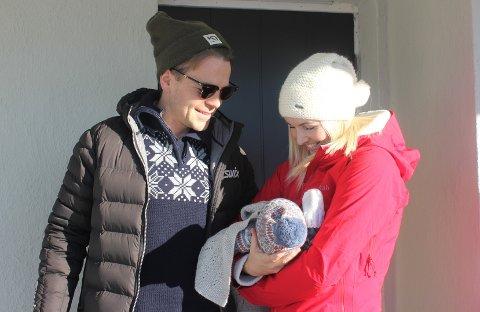 NYBAKTE FORELDRE: Joakim Våge Nilsen sammen med samboer Helene Breitve og sønnen Louie.