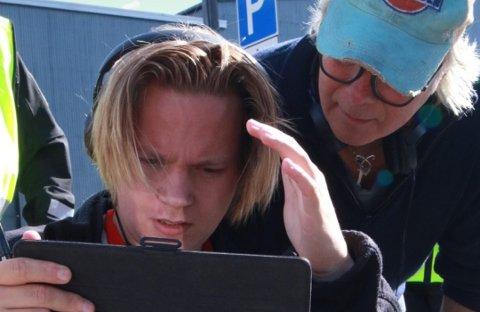PÅ SETT: Det blir lange dager på settet for Johannes Vikse Pedersen og de som jobber både foran og bak kameraet.