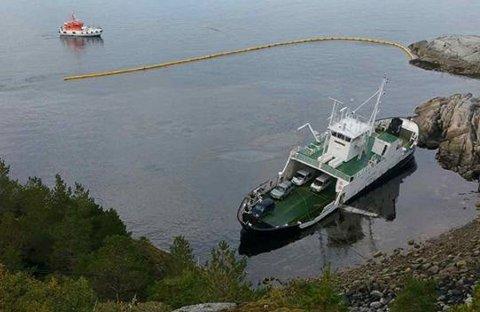 Bilferga «Godfjord» grunnstøtte ved Kalvhylla i nærheten av Stokkasjøen mandag 21. september. Foto: Rita Smith-Nilsen