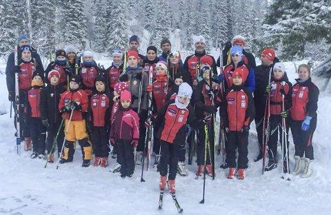 PÅ TUR: Halsøy IL Ski har vært på miljøsamling i Røyrvik med 40 deltakere.  Foto: Privat