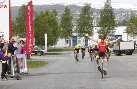 SEIERGEST: Alene over mål kunne Adrian Eide Dalheim, Bodø CK juble for seier. Han avgjorde over Øybrua, 400 meter før mål. Foto: Per Vikan