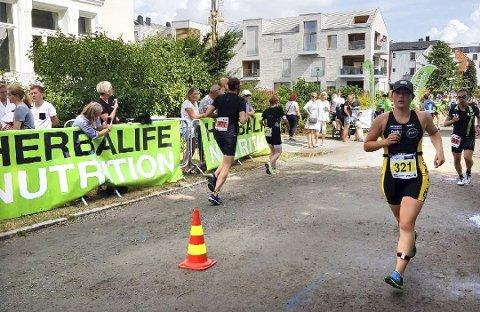 ENDELIG I MÅL: Live Grøtte Sandvik har debutert i triatlon, og her passerer hun målstreken etter løpsdistansen på 5km. - Det verste er løpingen. Der har jeg mer å hente, sier hun.