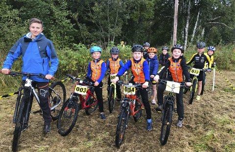 VISER VEI: Erlend Nervik tok med seg de unge rytterne fra Sandnessjøen på omvisning i løypa.