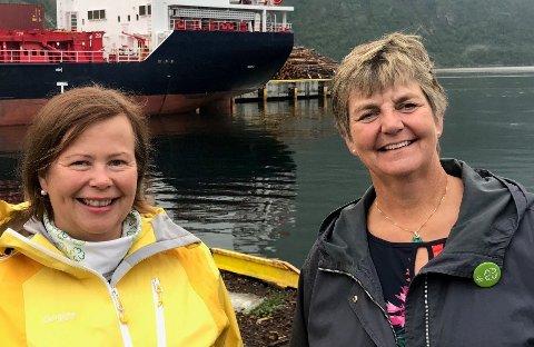 Siv Mossleth på kaia i Mosjøen sammen med Berit Hundåla, ordfører i Vefsn. Hundåla er helt avhengig av ferga, og det har vært harde kamper for å beholde gode tilbud.