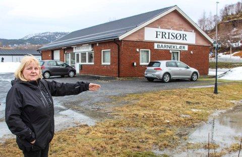 TOMTESTRID: Grethe Halsvik Salomonsen er her ved den aktuelle tomta på Leira. Halsøy Frisørsalong har nå klaget på planendringen.