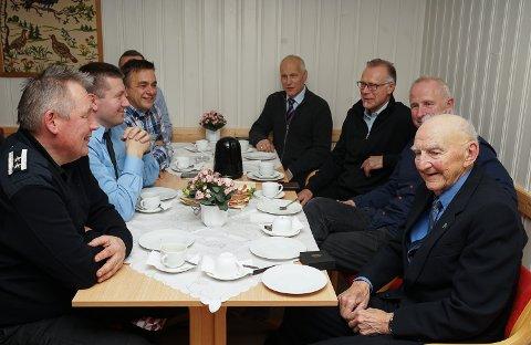Alf Bernhard Kjølås («Nusse») i samtale med nåværende og tidligere brannmenn i Sør-Varanger. Fra venstre Oddleif Wara, Henrik Haldorsen, Rolf Gunnar Nilsen, Eivind Tvedt, Trond Lissner, Sven Olav Olsen, Oddbjørn Jarijærvi og Alf.