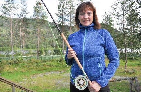 SOLGT PÅ AUKSJON: Ordfører Monica Nilsen har fått den ære å fiske på den populære fiskeplassen. Nå har noen betalt en høy sum for å gjøre det samme.