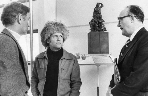 PÅ BEFARING: Her er Erling Arvola (t.v.) og Anders Aune på besøk hos Ensio Seppänen i Kemi for å se på modellen til monumentet. Bildet er lånt fra Finnmark fylkesbibliotek/Varanger Museum.