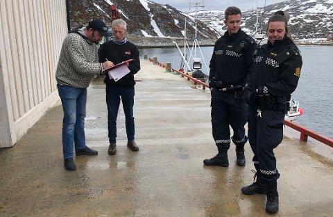 AVVISTE ANKLAGER: Fra kontrollen i slutten av april. Mattilsynets kontrollør anklaget Lyder for å lagre fisken på anlegget i Dyfjord, noe han avviste og gjorde klart at han kjører til Skjånes med bil.
