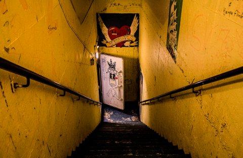 """DEN GAMLE KLUBBEN: Det største tilfluktsrommet i Vadsø, er i kjelleren til svømmehallen. Den ene inngangen ned dit, var også inngangen til ungdomsklubben """"Valhall"""" i sin tid."""