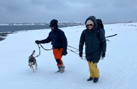 PRØVETUR: Gjennom Amundsen Explorer vil de tre vardøentusiastene by på naturbasert turisme gjennom hele året. Dette bildet er tatt på en testtur i vinter og viser Frank Cato Lahti og Gry Anita Kristiansen i godt vardøvær.