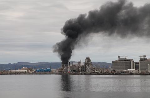 SVART RØYK: Det kom mye svart røyk tidlig etter at brannen hadde startet.