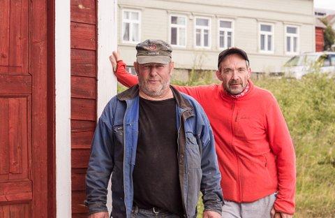 ØNSKER SAMARBEID: For Oskar Bietilæ og John Evald Herstrøm er Bietilægården vært en stor del av oppveksten deres. Nå ønsker de, gjennom Nord-Varanger Kystlag, et samarbeid om gården.