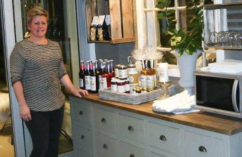 Inviterer til damenes aften: Stine Holtet (bildet) og Mette Hellesjø inviterer til damenes aften i kafeen i Søndrehallen mandag.foto: sidsel r. gulbrandsen