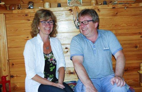 Tospann: – Vi har fulgt hverandre siden vi var små, vært med på det meste i 38 år for teaterlaget, og vi valgte samme yrke, sier to fornøyde lærere, Laila Løvbråten og Jon-Olav Riiser med et stort smil.Foto: Bodil Stigen Dammerud