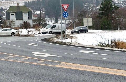 ENDELIG MERKET: Rundkjøringer har endelig fått de sårt savnede pilene i veibanen.
