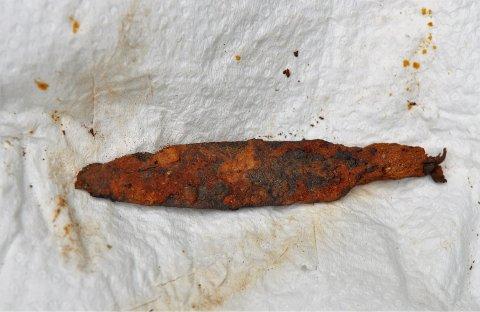 PILSPISS: Dette er pilspissen i jern som Rolf Ekeheien fant under graving hjemme på tunet på Setskog. Foto: Øivind Eriksen