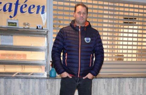 – KOMMER GODT MED: Høland IULs daglige leder Bjørn Ottesen er glad for de drøye 200.000 kronene Gjensidigestiftelsen ga laget i gave. – Pengene skal blant annet brukes på møbler og maling av kjøkkenet, opplyser Ottesen.