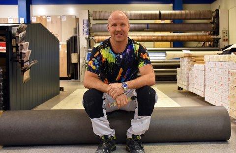 Han er malermester, men Øyvind Merli har også mange oppdrag hvor han legger nye gulv. Foto: Trym Helbostad
