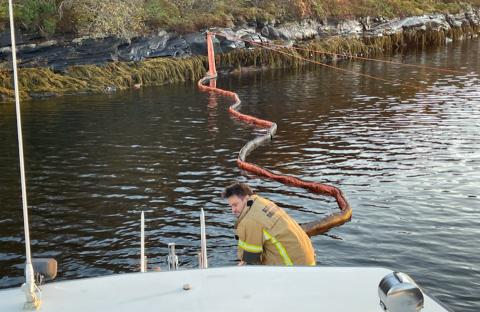 Brannvesenet i Alstahaug rykket ut og la ut lenser da tipset kom om at en lekter med både diesel og olje hadde sunket 2,4 kilometer nord for Tjøtta.