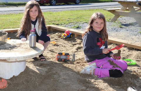 Det er stor stas med en enorm sandkasse, smiler  Celina Sivertsen Nordheim og Sofie Bergquist,