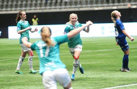 GLAD: Kaja Karlsen (til høyre) har utlignet for Klepp, og sender en takk til Matilde Alsaker Rogde (i forgrunnen). Elisabeth Terland (til venstre tenker mest på målet hun snart skal score.