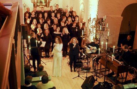 Leverte «Julegaven»: Trine Rein med Holmestrand Gospelkor i Sande kirke. Ikke et sete var ledig under den stemningsfulle julekonserten.Begge foto: Svein Ivar Pedersen