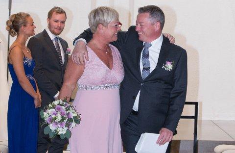 VILLE IKKE VENTE: For Anne Volle og Hans Jørgen Kristiansen var det aller viktigste å bli gift - til tross for lockdown og pandemi. At de fikk feire med sine nærmeste, ser de på som en gledelig bonus.