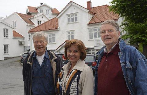 Nye Kirkens hus: Fra v.: Torgeir Dahl, Ragnhild Landsend Monsen og Olav Drevland foran det nye Kirkens hus i Skippergata 13.