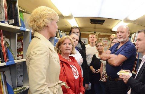 Bokbussbesøk: Jette Christensen (Ap) synte stor interesse for bokbussen då ho tysdag vitja Kvinnherad.