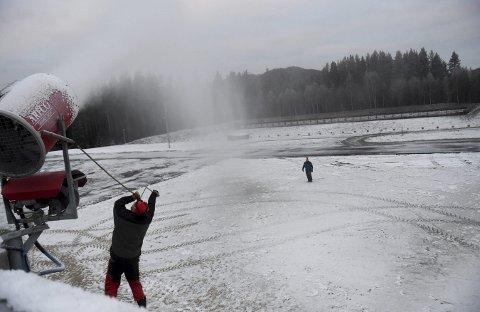 STARTEN HAR GÅTT: Jan Solheim justerer inn den ene av to snøkanoner på Stevningsmogen mens Roger Rustand sjekker kvaliteten på snøen.ALLE FOTO: OLE JOHN HOSTVEDT
