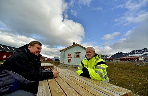 Gamle kompiser: Per Erik Hanevold (t.v.) og Jarle Pedersen er gamle kjente. Felles interesse for jakt, våpen og polarnaturen har brakt dem til jobb i Ny-Ålesund.