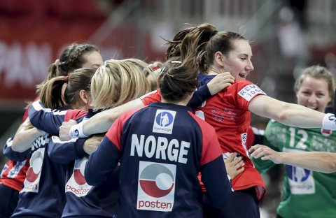 JUBLER: Ingvild Kristiansen Bakkerud (t.h.) jubler under VM kampen mellom Norge og Danmark. Mandag leverte kongsbergjenta solid innsats også mot Sør-Korea.Foto: Vidar Ruud / NTB scanpix