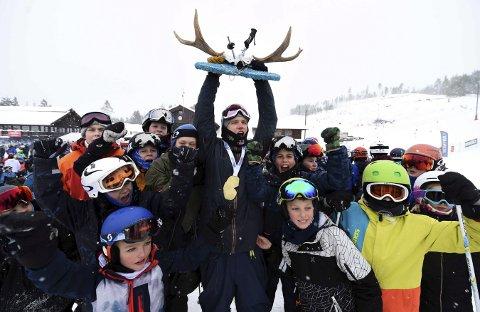 LYKKELIG: Tevje A. Skaug jubler med Snowstock-trofeet over hodet i Funkelia lørdag. Kongsberg FK-kjøreren fikk endelig oppfylt drømmen sin.FOTO;  OLE JOHN HOSTVEDT